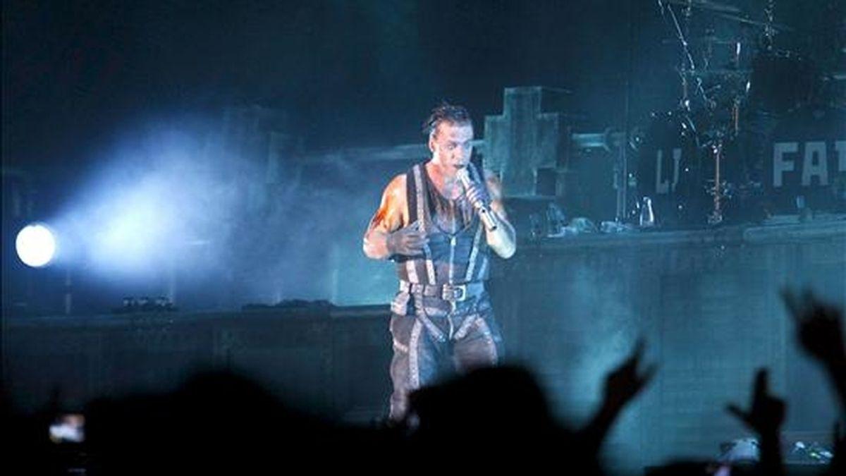 """El cantante y compositor del grupo alemán """"Rammstein"""", Till Lindemann, durante el concierto ofrecido esta noche en el recinto """"Open Air"""" de la localidad madrileña de Getafe, en la tercera jornada del Sonisphere Festival. EFE"""