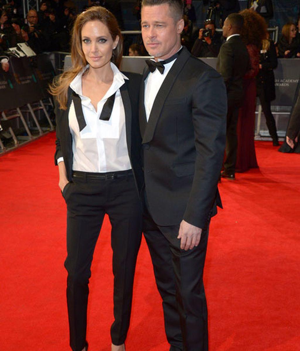 Angelina Jolie, con 'look' masculino descamisado, y Pitt, de esmoquin