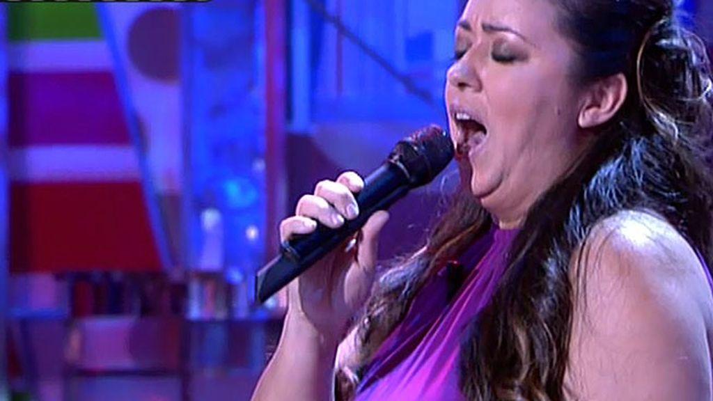 La artista de 'La Voz' canta 'Como una ola' en Sálvame