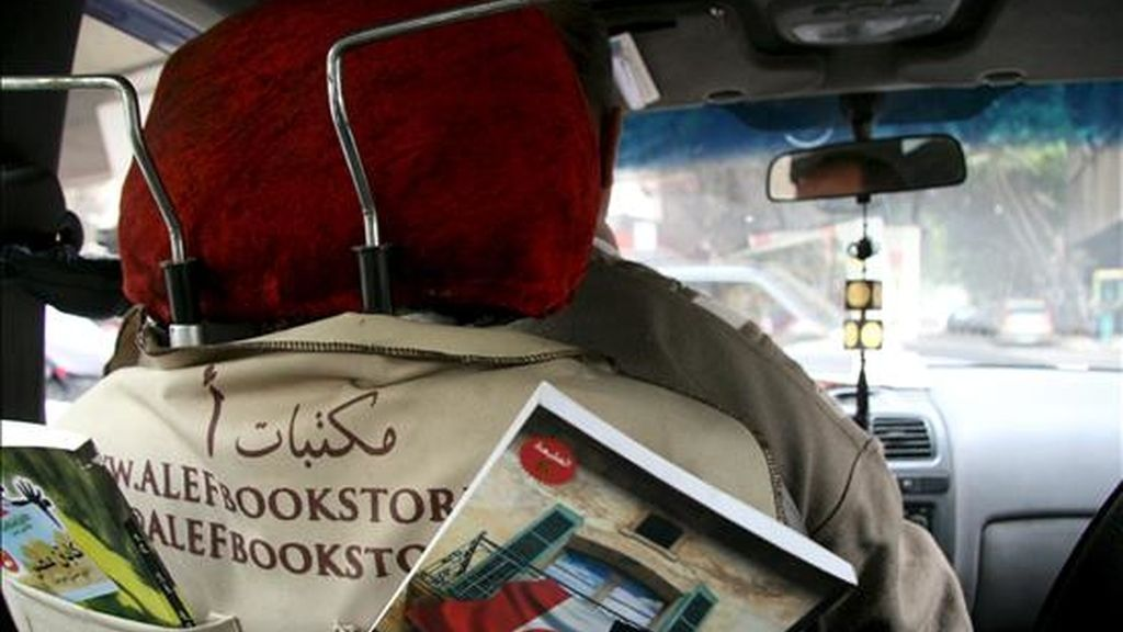 """La última propuesta en las caóticas calles de El Cairo es """"el taxi del conocimiento"""", que ofrece literatura para hacer más llevaderos el ruido y los atascos diarios, y promover la lectura en un país con 17 millones de analfabetos. En la imagen, el interior del vehículo de Abdel Ghany, un taxista de 58 años que recorre la capital egipcia con una pequeña biblioteca instalada en la parte trasera de su asiento. EFE"""