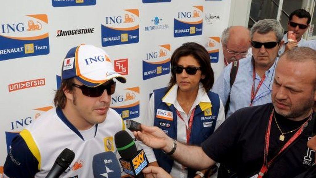 Fernando Alonso atiende a los medios en Francia. Foto: EFE