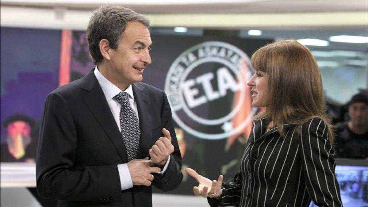 José Luis Rodriguez Zapatero, acompañado por la directora de informativos de Antena 3, Gloria Lomana, en los momentos previos a la entrevista que el presidente del gobierno ha concedido en los estudios que la cadena tiene en la localidad madrileña de San Sebastián de los Reyes. EFE