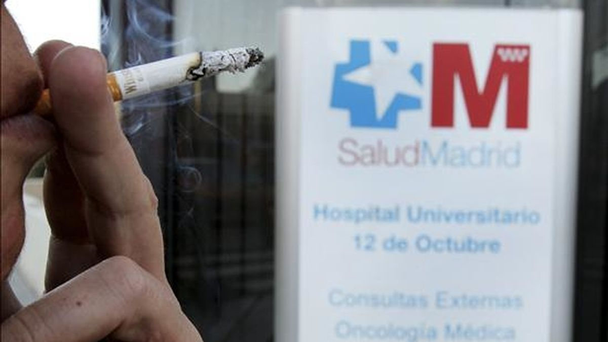 Un fumador con un cigarro en el exterior de un centro médico. EFE/Archivo
