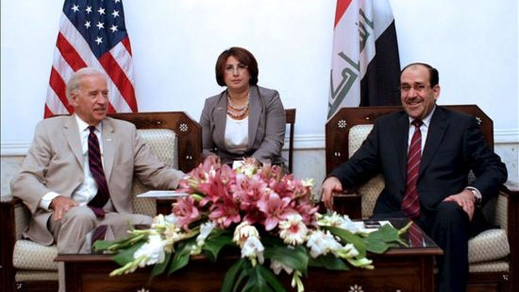 Fotografía facilitada por el Gobierno de Irak que muestra al primer ministro iraquí, Nuri al Maliki (d), durante un encuentro con el vicepresidente de Estados Unidos, Joe Biden (i), en Bagdad este  domingo. EFE/Gobierno de Irak