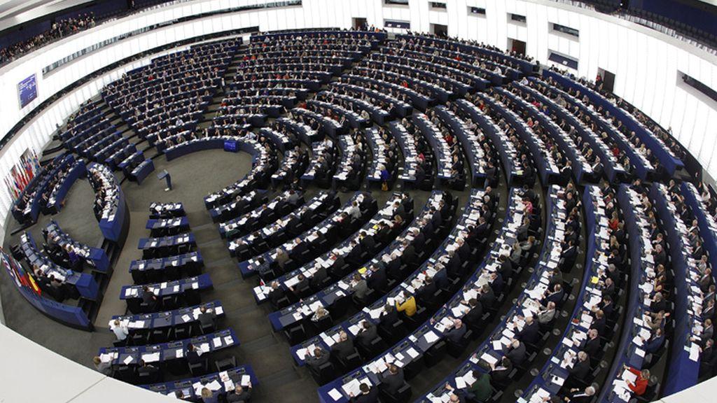 Miembros del europarlamento votan en una sesión.