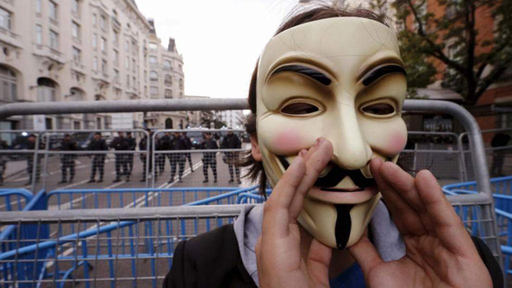 Un hombre con una careta de 'Anonymous' se manifiesta en la Carrera de San Jerónimo en Madrid
