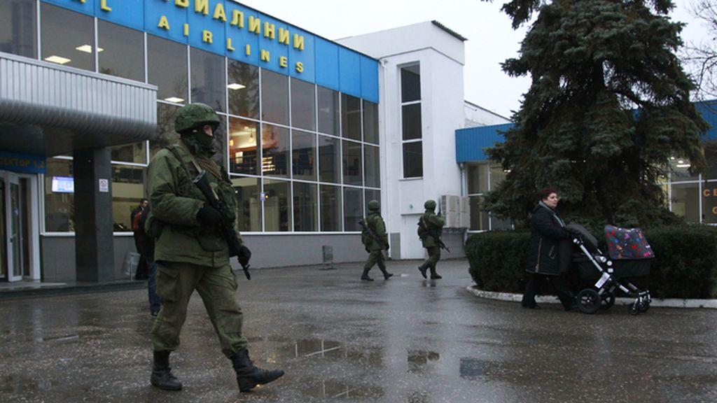 Un soldado sin identificación patrulla en la entrada principal del aeropuerto de Sinferopol, capital de Ucrania