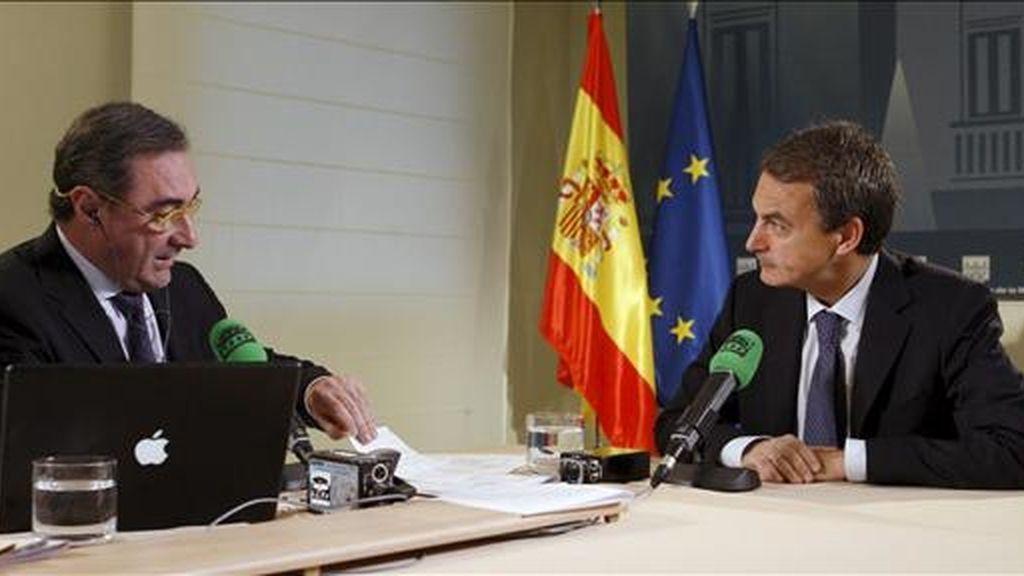 El presidente del Gobierno, José Luis Rodríguez Zapatero (d), durante la entrevista que le ha realizado hoy Carlos Herrera (i), presentador del programa 'Herrera en la Onda' de Onda Cero, en el Palacio de la Moncloa. EFE