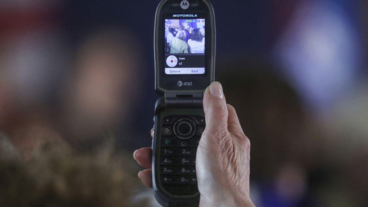 ¿Por qué los antiguos teléfonos con tapa están de vuelta para desafiar a los 'smartphones'?