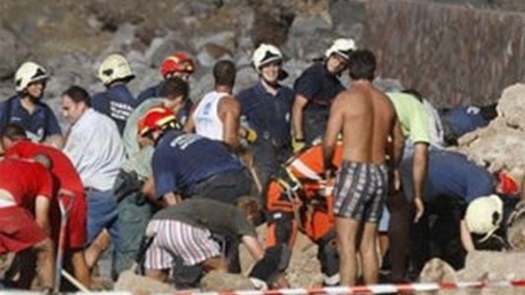 Los servicios de emergencias trabajaron hasta última hora del domingo para descartar que hubiera más fallecidos. Vídeo: Informativos Telecinco.
