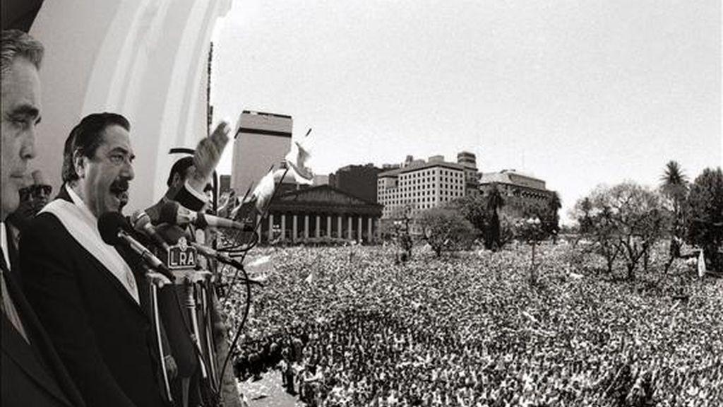 Fotografía de archivo del 10 de diciembre de 1983 del ex presidente argentino Raúl Alfonsín (i), durante un discurso desde el Cabildo frente a la Plaza de Mayo, en Buenos Aires. EFE/Archivo