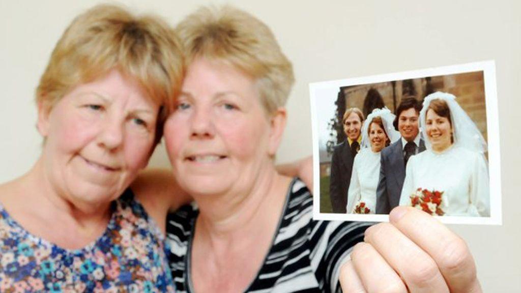 Unas gemelas conocen a sus maridos al mismo tiempo, se casan el mismo día y los entierran a la vez
