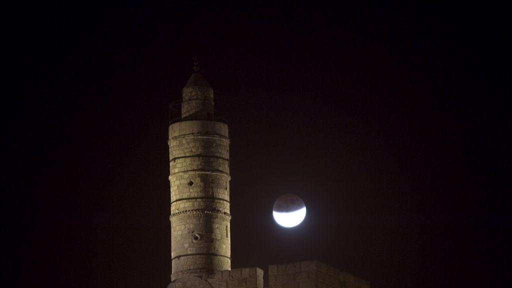 Eclipse sobre la Torre de David en la Ciudad Vieja de Jerusalén