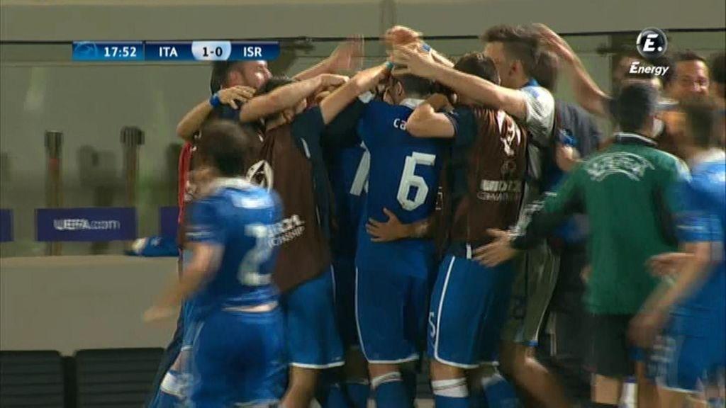 Los jugadores italianos celebran el primer tanto del partido