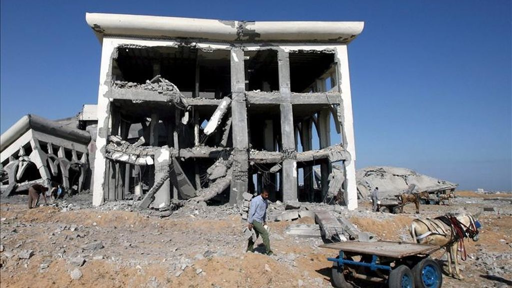 Un palestino trata de salvar unos bloques de cemento de las ruinas de un edificio destruido en un ataque aéreo israelí en el aeropuerto de Gaza, al sur de la Franja. EFE/Archivo