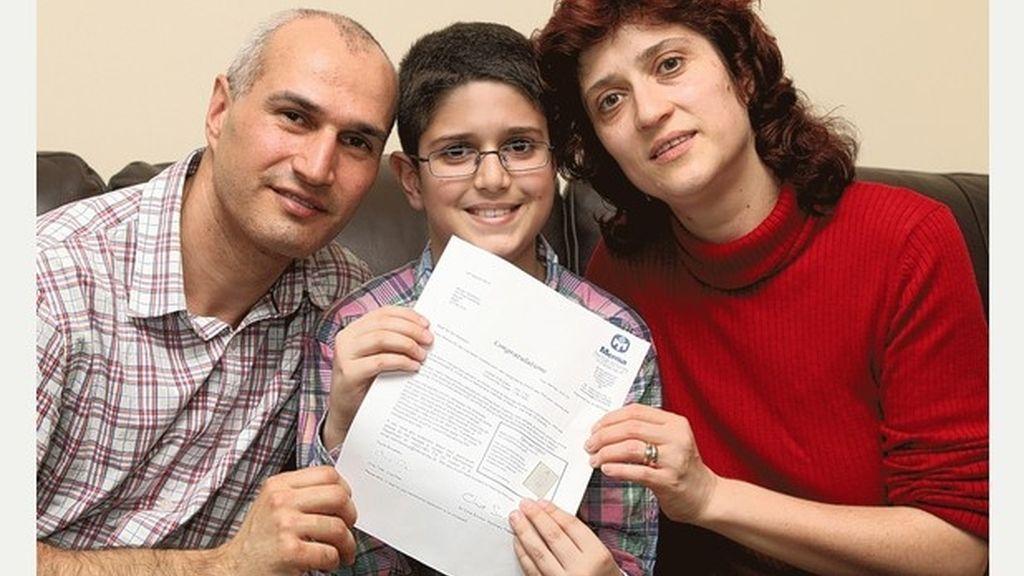 Iulian Barascu celebra con sus padres sus altas calificaciones