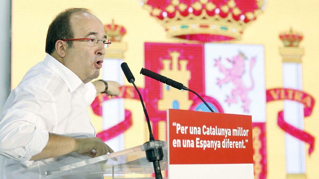Miquel Iceta hace campaña junto a una bandera de España