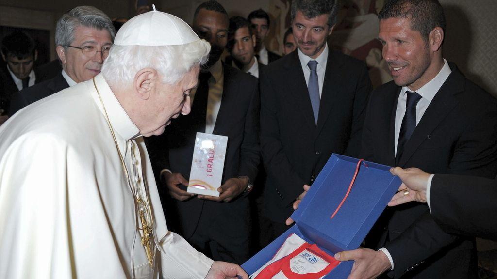 Diego Pablo Simeone, entrega una camiseta al papa Benedicto XVI durante el encuentro privado que mantuvo con los jugadores y la directiva del Atlético de Madrid