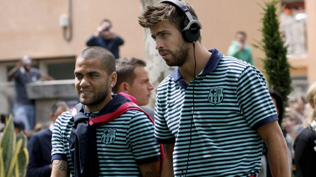 Alves y Pique llegan al hotel de concentración