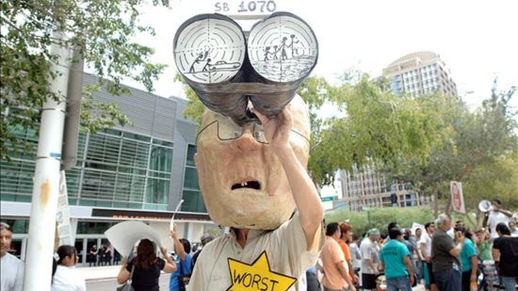 """Un hombre lleva un disfraz en representación del alguacil del condado de maricopa el sherif Joe Arpaio quien viste una estrella amarilla que reza """"el peor sherif"""" durante una manifestación, realizada el pasado 22 de julio, en contra de la controvertida Ley SB1070. EFE/Archivo"""
