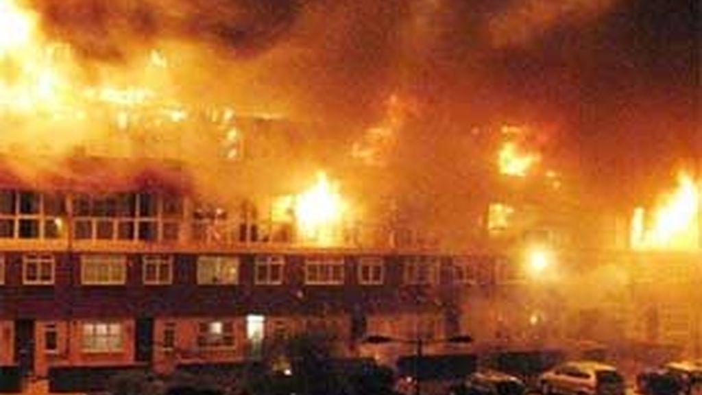 Las televisiones británicas emiten las imágenes del incendio ante la espectacularidad de las llamas. FOTO: Telegraph