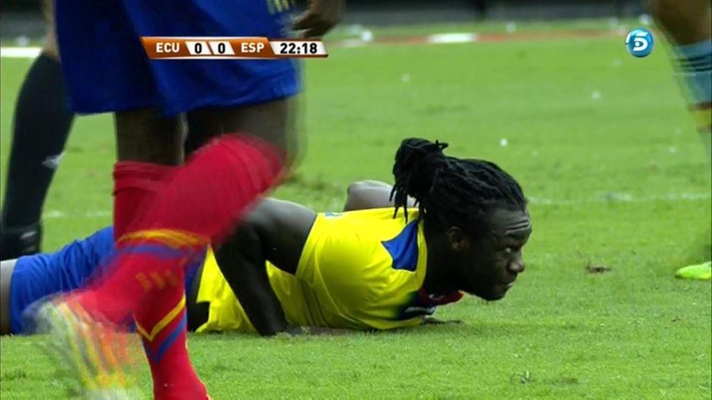 Un jugador de Ecuador en el suelo