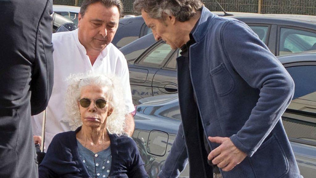 La Duquesa de Alba a su salida del hospital en Sevilla
