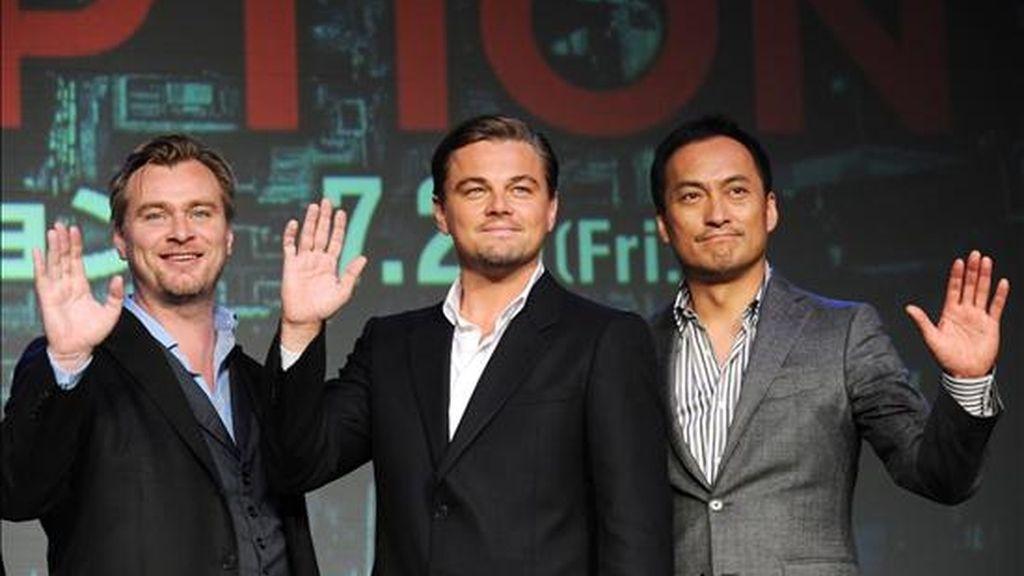 """El director británicoestadounidense Christopher Nolan (i), el actor Leonardo DiCaprio (c) y el japonés Ken Watanabe (d) saludan a los fans japoneses hoy, durante una rueda de prensa para promocionar la película """"Inception"""" en Tokio (Japón). EFE"""