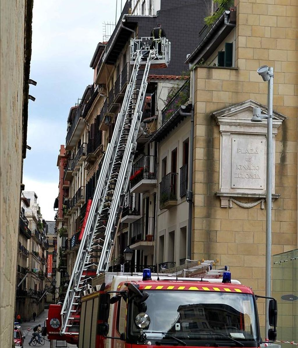 Los bomberos trabajan en el edificio donde una mujer falleció esta madrugada al incendiarse su vivienda, en la calle 31 de Agosto de San Sebastián. EFE