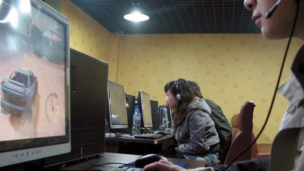 Un grupo de jóvenes en un cibercafé