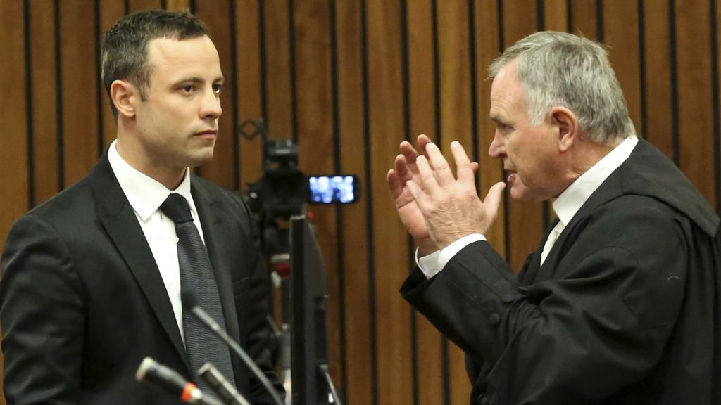 Oscar Pistorius con su abogado Barry Roux