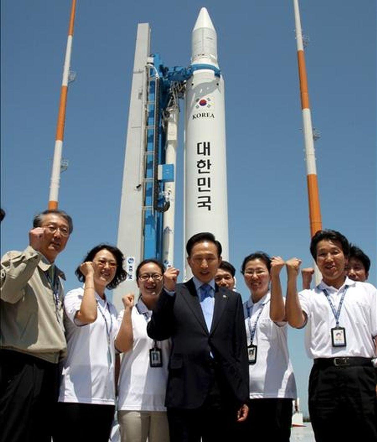 El presidente surcoreano, Lee Myung-bak (c), posa junto a un grupo de investigadores científicos cerca de una lanzadera en el Centro Espacial Naro, el primero de estas características en el país y que está situado en la isla de Oenaro, en Goheung, al suroeste de Corea del Sur hoy, 11 de junio. EFE