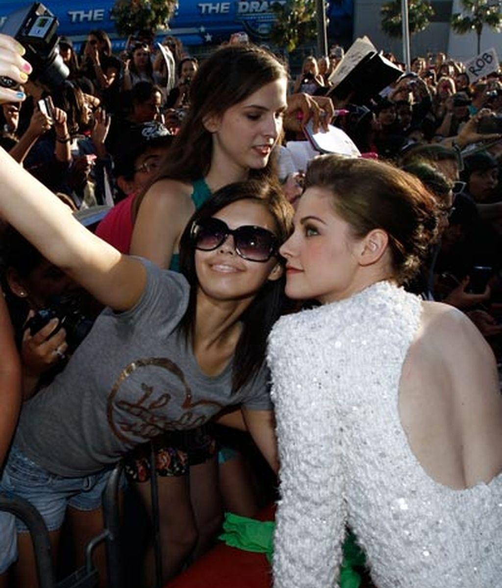 Kristen posa con una fan