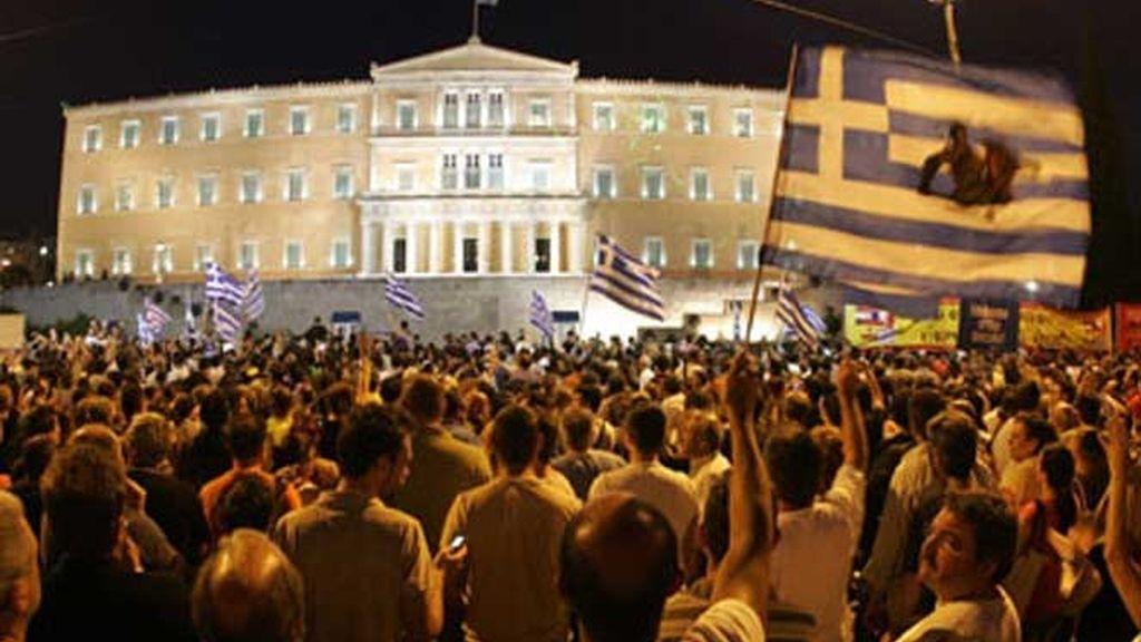 Miles de personas se agolpan en la Plaza Sintagma para protestar contra las medidas de austeridad.