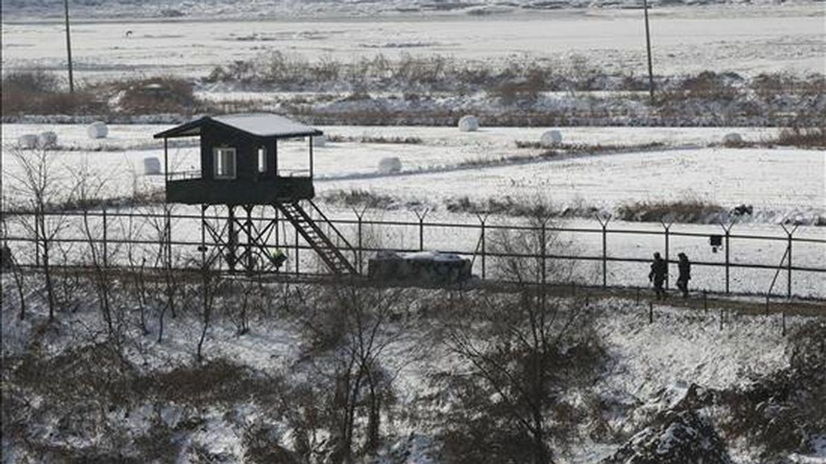 Soldados surcoreanos patrullan la frontera en Corea del Norte en la zona desmilitarizada de Imjingak en la provincia de Gyeonggi-do (Corea del Sur). EFE