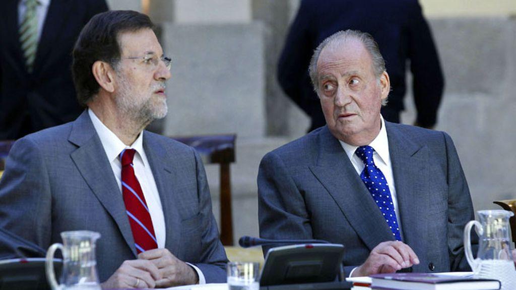 El rey mira al presidente del Gobierno, Mariano Rajoy, al inicio de la reunión anual del patronato del Instituto Cervantes
