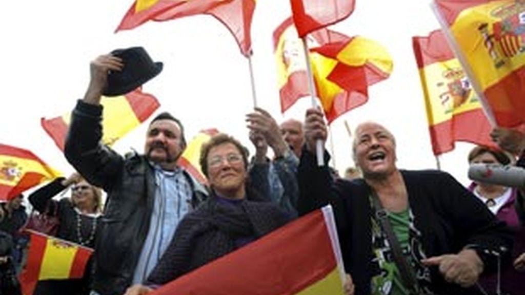 Varios vecinos de Valença do Minho protestan en la calle con banderas españolas. Foto: EFE
