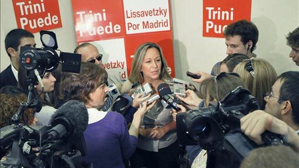 La candidata a las primarias socialistas a la Comunidad de Madrid, Trinidad Jiménez, habla con los medios de comunicación poco antes de celebrar un encuentro con profesionales de la agrupación sectorial de Sanidad del PSOE. EFE