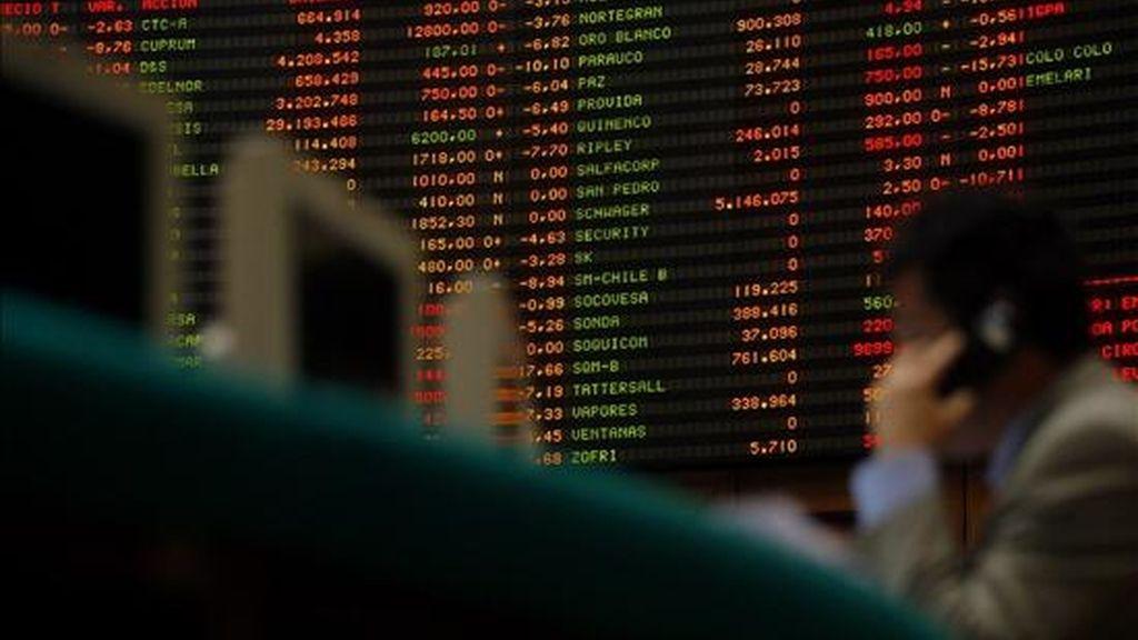 El impulso de Wall Street también se dejó sentir en la bolsa de Santiago, donde su principal indicador, el IPSA, subió un 1,17% y finalizó en 2.667,17 unidades. EFE/Archivo