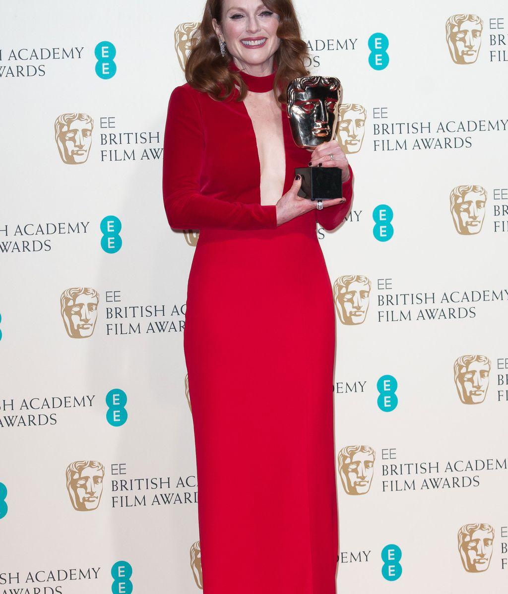 """Agradecida Julianne Moore con su premio por """"Siempre Alice""""."""