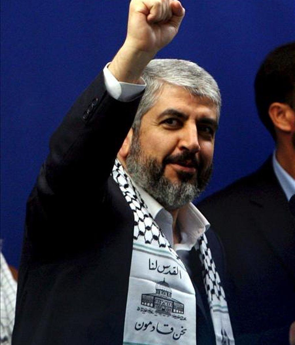 Un miembro de la delegación de Hamás que negocia una tregua duradera con Israel, con la mediación egipcia, ha asegurado en El Cairo que su grupo aún no tiene todas las garantías de que Israel se vaya a comprometer con un acuerdo alcanzado con Egipto. En la imagen, el máximo líder del grupo islamista palestino Hamás, Jaled Meshaal, saluda a sus simpatizantes a su llegada a una ceremonia en Teherán (Irán), el 2 de febrero. EFE
