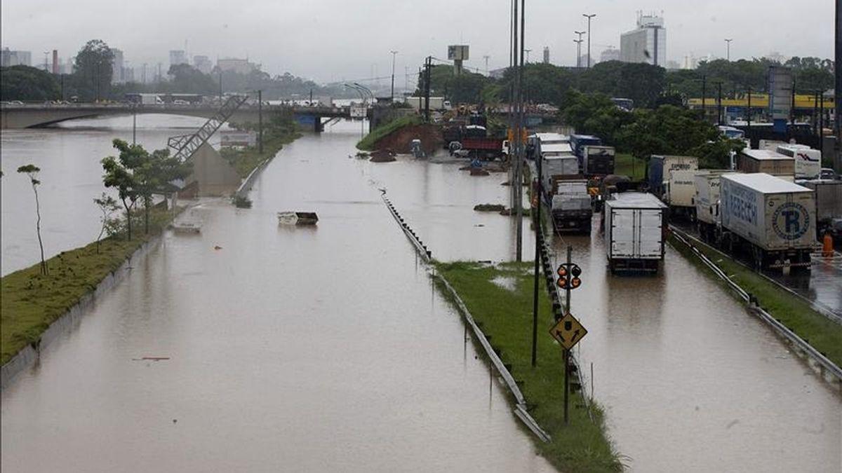 Según el último boletín de la Defensa civil, en las primeras horas de la madrugada de hoy los ríos Tieté y Pinheiros se desbordaron y llegaron a inundar unos setenta puntos de la ciudad, de los que 38 quedaron completamente intransitables. EFE/Archivo