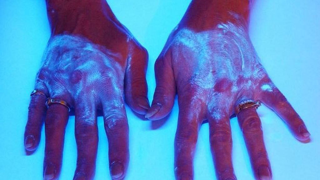 Manos vistas bajo luz ultravioleta