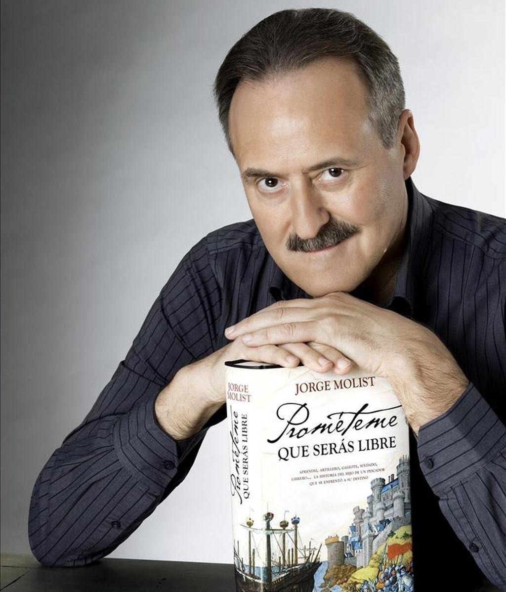 """Fotografía facilitada por la editorial Temas de Hoy del escritor barcelonés Jorge Molins con un ejemplar de su último trabajo, """"Prométeme que serás libre"""". Molist, en una entrevista con Efe, reconoce ciertos paralelismos autobiográficos con el protagonista de esta novela, ya que, como Joan Serra, él también fue aprendiz en una imprenta, donde su padre le puso a trabajar a los 14 años para """"inculcarle"""" el amor por los libros. EFE"""