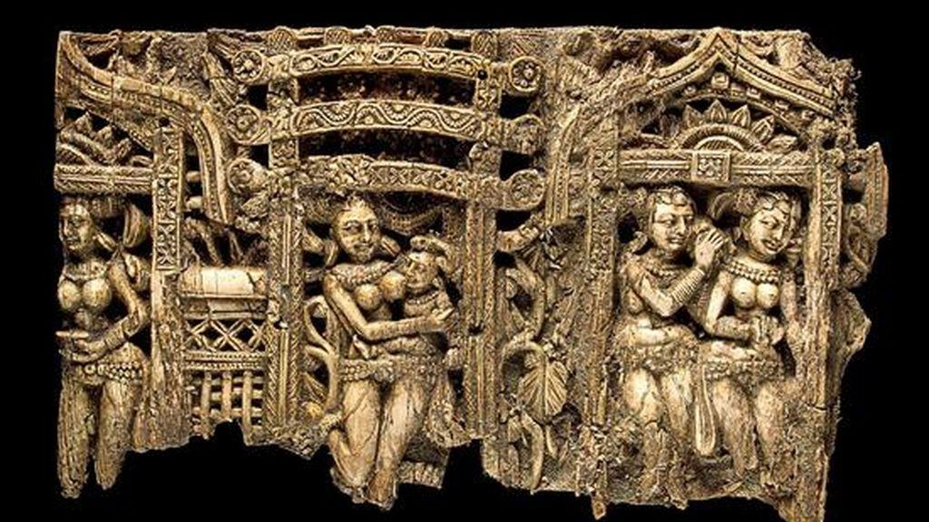 Fotografía cedida de un panel esculpiudo en marfil con motivos indios, que se localizó en la población de Begram (noreste de Afganistán) y cuya fecha de creación oscila entre los años 100 y 200 a.C. y que forma parte de un conjunto de joyas afganas que se exponen en el Museo de Arte Metropolitano de Nueva York (EEUU). EFE