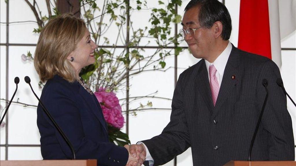 La secretaria de Estado de EE.UU., Hillary Clinton, y el ministro japonés de Exteriores, Takeaki Matsumoto, se estrechan la mano durante la rueda de prensa celebrada tras su reunión en Tokio (Japón), hoy, domingo, 17 de abril de 2011.  EFE