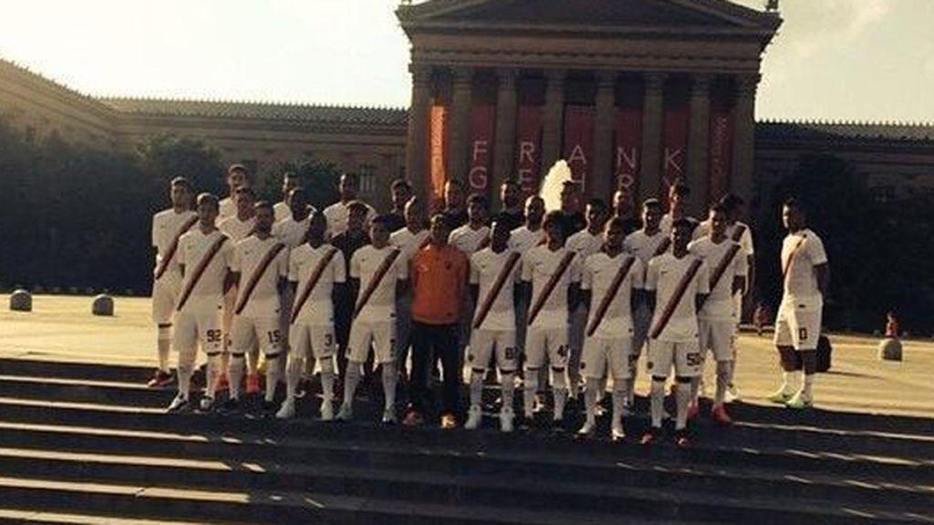 Totti haciendo un 'Ashley Cole' en la foto de equipo