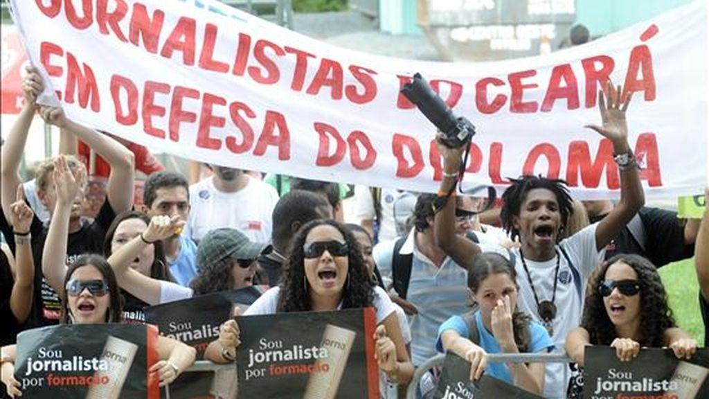 Estudiantes brasileños de periodismo protestaron en frente del Supremo Tribunal de Justicia, en Brasilia donde se discute la ley de prensa y título a los periodistas. EFE