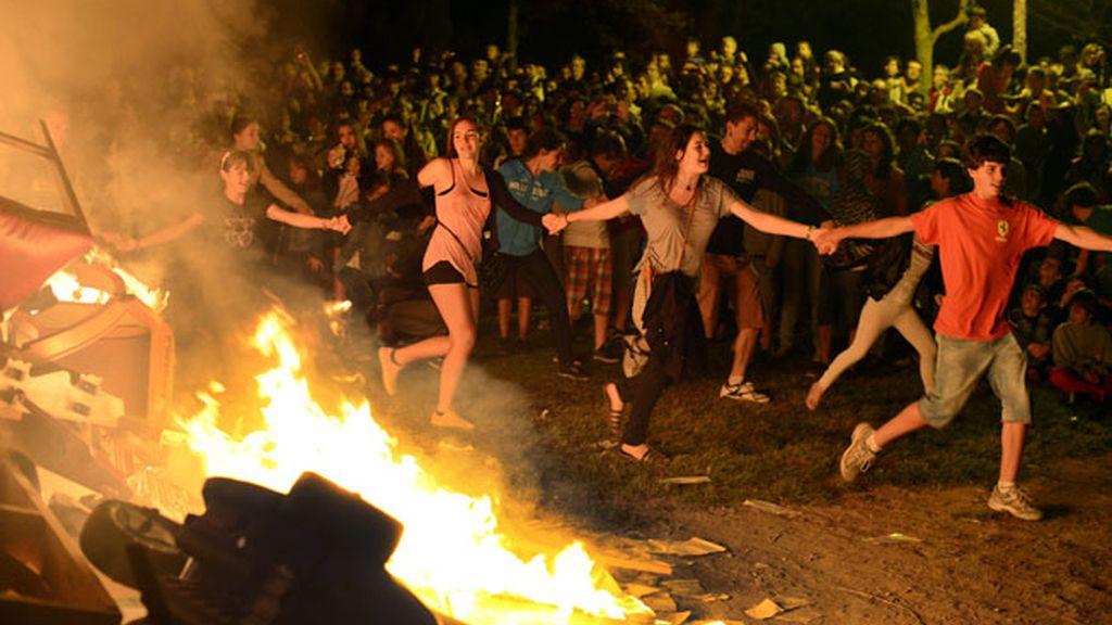 Bailando junto a la hoguera en la playa de Mundaka en Vizcaya