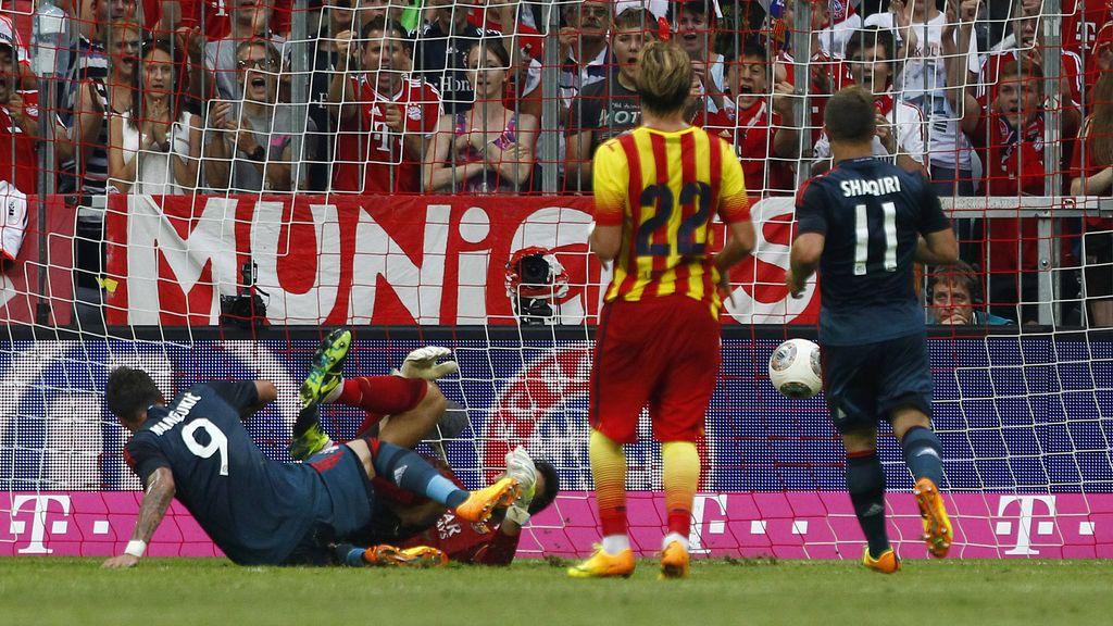 El jugador del Bayern de Munich, Mario Mandzukic, marca al FC Barcelona
